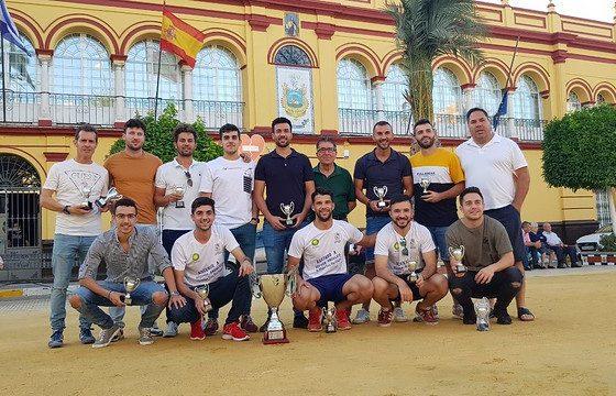 AionSur 48009119856_b47e1cc9a6_z-560x360 El CD Arahal recibe su título de campeón Deportes Fútbol  destacado