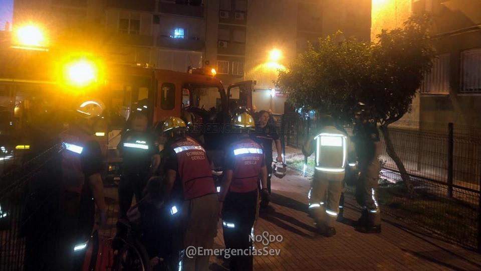 AionSur bomberos-sevilla Rescatada una mujer de 86 años tras un incendio en su piso de Sevilla Incendios Sevilla Sucesos