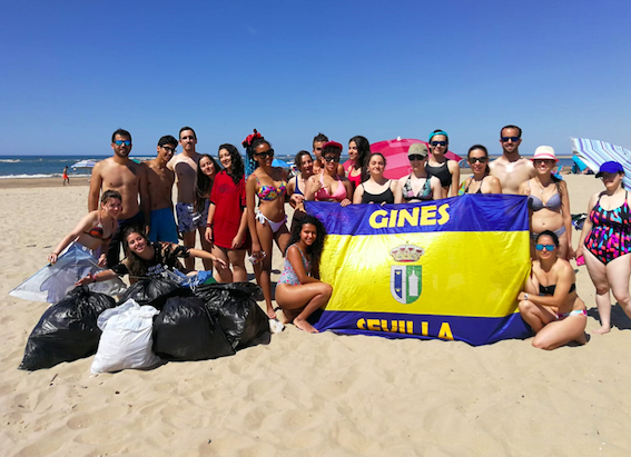 AionSur gines-playa Jóvenes de Gines y Valencina limpian una playa de Huelva para pedir más atención ambiental Huelva Sociedad