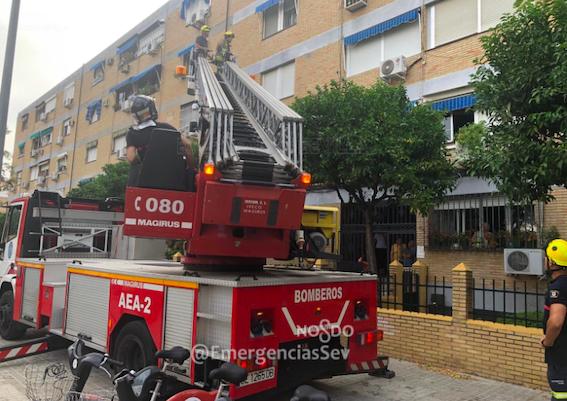 AionSur bomberos-sevilla Rescatan a una anciana que se cayó en su casa y se rompió la cadera Sevilla Sucesos