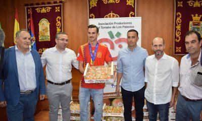 AionSur fabian-400x240 Fabián recibe el cariño de su pueblo y su peso en tomates Deportes Los Palacios