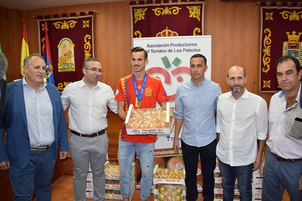 AionSur: Noticias de Sevilla, sus Comarcas y Andalucía fabian Fabián recibe el cariño de su pueblo y su peso en tomates Deportes Los Palacios