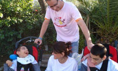 AionSur padres-cuento-espartinas-400x240 Escriben un cuento para ayudar a investigar la enfermedad ultrarrara de sus hijos Provincia Salud
