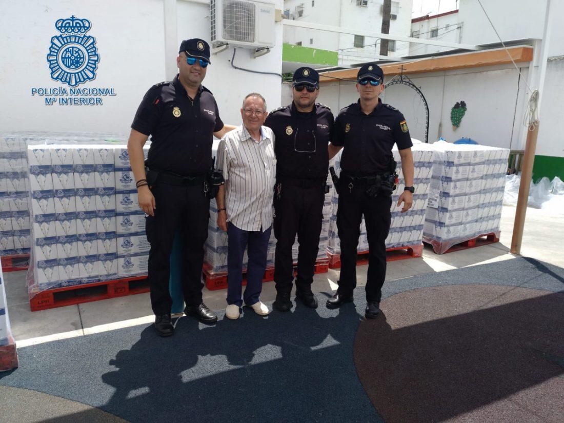 AionSur policía-Los-Pajaritos Reconocimiento de una asociación de vecinos de Los Pajaritos a la Policía por su ayuda en el reparto de alimentos Sevilla Sociedad
