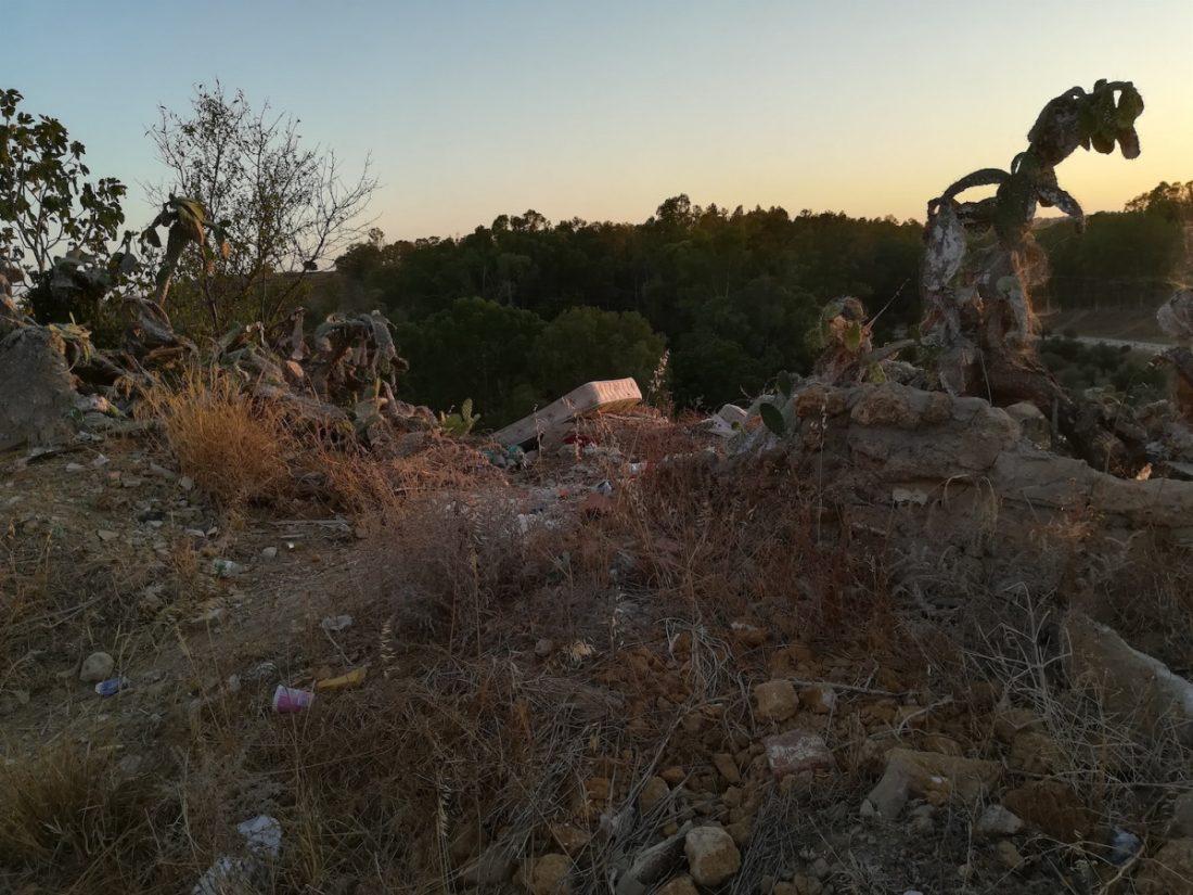 """AionSur Alcala-escombros Avisan de """"vertederos, escombros y vandalismo"""" en el tramo del río de la biblioteca de Alcalá Alcalá de Guadaíra Sociedad"""