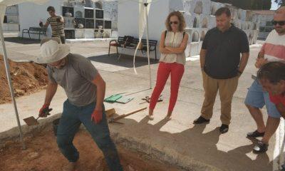 AionSur Benacazon-fosa-400x240 Encuentran los primeros restos óseos en la fosa común del cementerio de Benacazón Provincia Sociedad