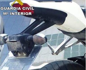AionSur Moto-placa-oculta-297x240 Denunciado por usar un ingenio mecánico para ocultar la matrícula de su moto Ecija Sucesos
