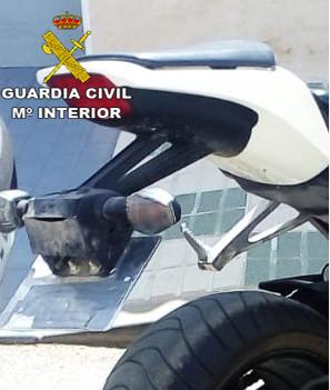 AionSur Moto-placa-oculta Denunciado por usar un ingenio mecánico para ocultar la matrícula de su moto Ecija Sucesos