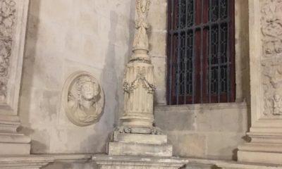 AionSur Cruz-Ayto-400x240 Buscan a una mujer que ha destrozado una cruz en la fachada del Ayuntamiento de Sevilla Sevilla Sucesos