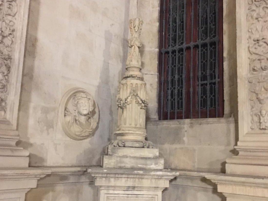 AionSur Cruz-Ayto Buscan a una mujer que ha destrozado una cruz en la fachada del Ayuntamiento de Sevilla Sevilla Sucesos