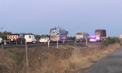 AionSur accidente-A92-400x240 Varios heridos en un accidente en la A-92 al chocar dos coches contra un camión de paja Arahal Sucesos  destacado