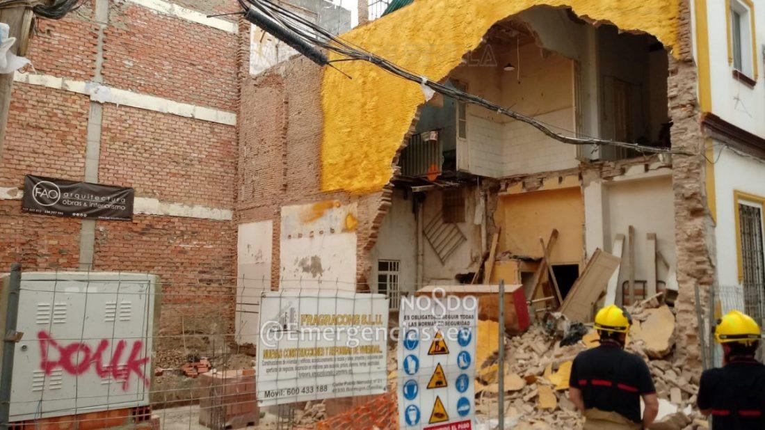 AionSur derrumbe-Sevilla Varios desalojados en Sevilla tras derrumbarse el muro de una vivienda Sevilla Sucesos