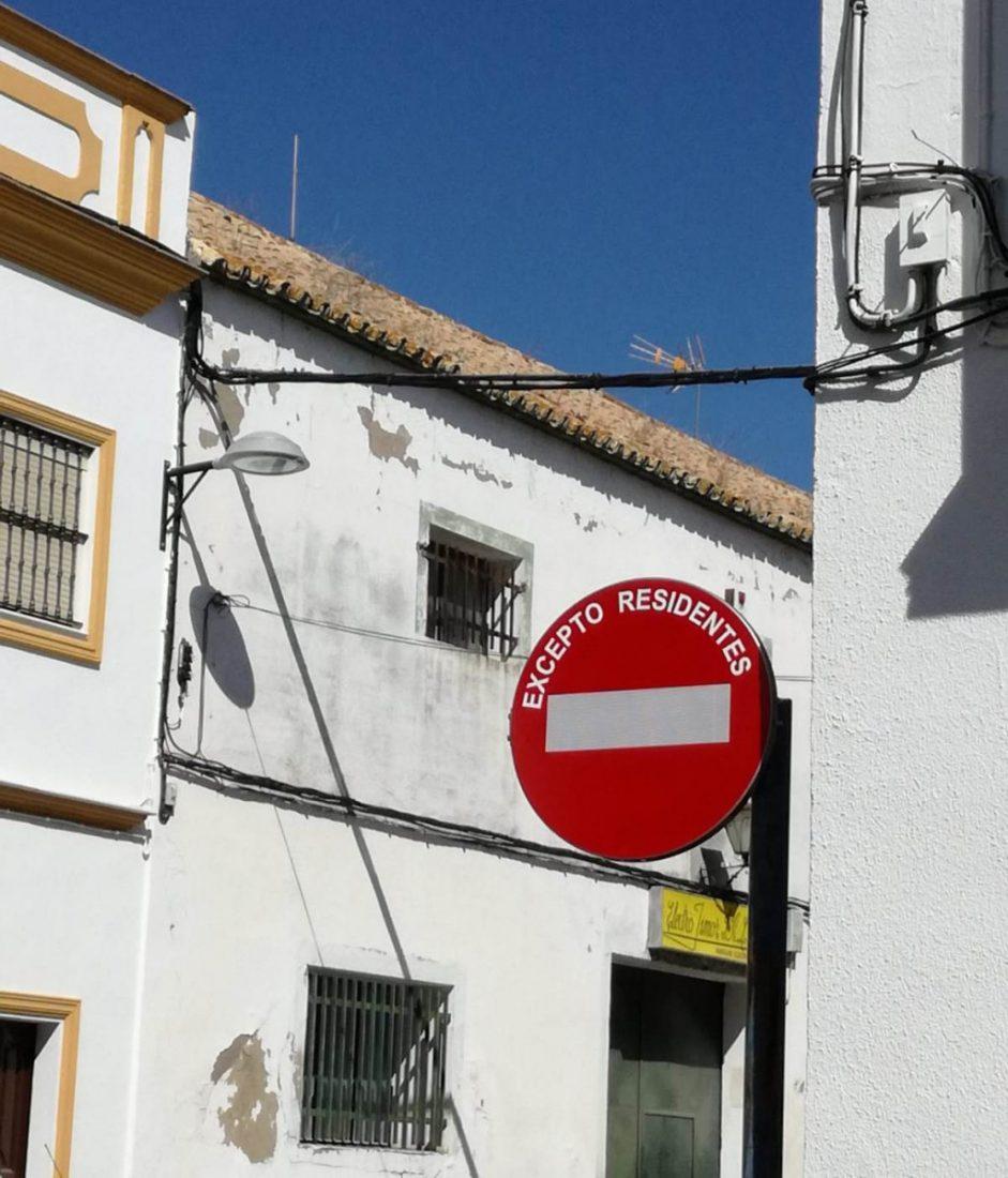 AionSur dfa8ef59-82b4-48a1-8235-f97fff398d83-compressor-1 Conflicto vecinal en la calle José María Iglesias por la instalación de una señal de tráfico Arahal Sociedad  destacado