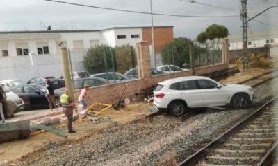 AionSur dos-hermanas-accidente-400x240 Un coche rompe un muro y termina en mitad de la vía férrea en Dos Hermanas Dos Hermanas Sucesos