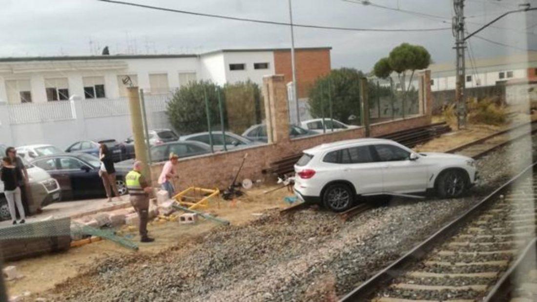 AionSur: Noticias de Sevilla, sus Comarcas y Andalucía dos-hermanas-accidente Un coche rompe un muro y termina en mitad de la vía férrea en Dos Hermanas Dos Hermanas Sucesos