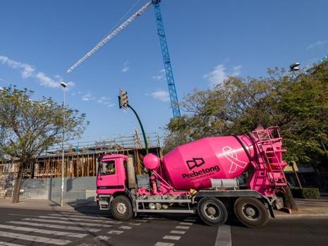 AionSur hormigonera Pintan sus hormigoneras de rosa en solidaridad con el cáncer de mama Salud Sociedad