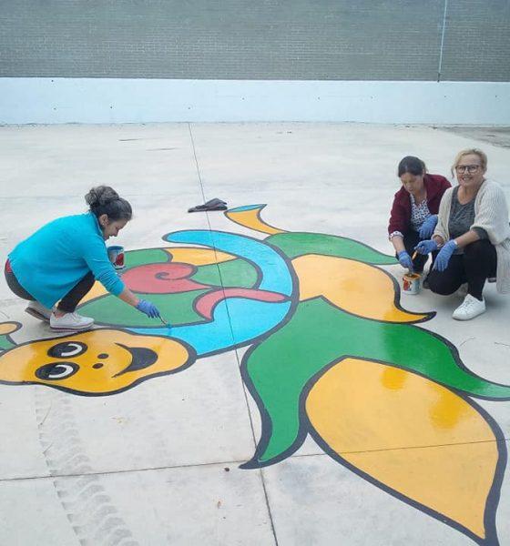 AionSur 72745289_787222191697934_7954672284260630528_n-compressor-560x600 Vecinas de Pruna pintan dibujos en el suelo de un colegio para que juegue el alumnado Pruna
