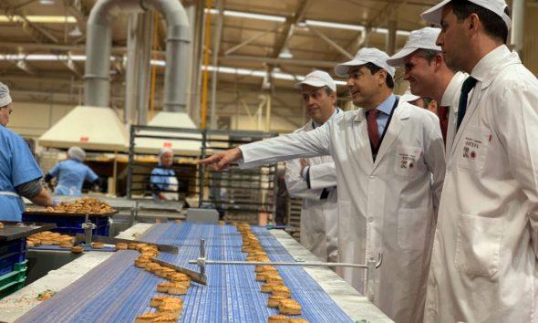 AionSur Juanma-1-590x354 Juanma Moreno ofrece a los dulces navideños de Estepa el apoyo de la Junta para crecer Economía Estepa  destacado
