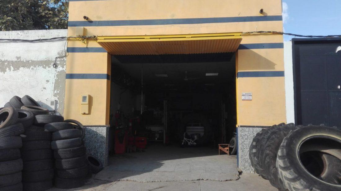 AionSur 89b799b7-3672-4b87-bae8-ef509e5f3f38-compressor Roban un ordenador y dinero en un pequeño taller de neumáticos de Paradas Paradas Sucesos