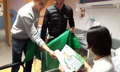 AionSur Joaquín-y-Bartra-entregando-regalos-del-club-compressor-400x240 Jugadores del Betis visitan el área de Pediatría de Valme en los días previos a la Navidad Hospitales Salud Sociedad  destacado