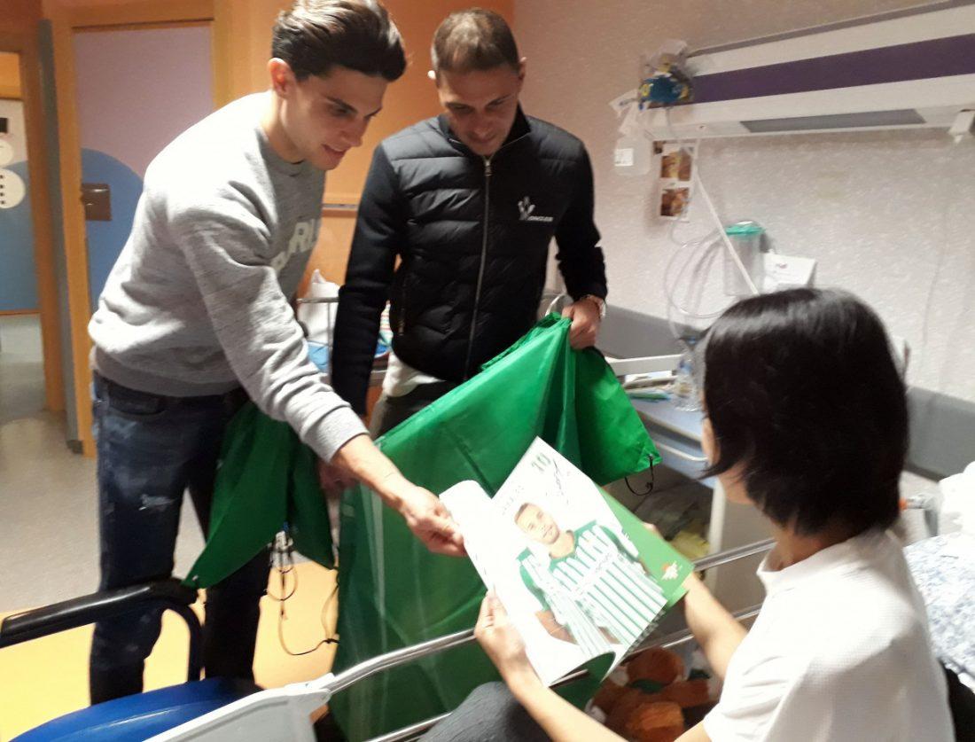 AionSur Joaquín-y-Bartra-entregando-regalos-del-club-compressor Jugadores del Betis visitan el área de Pediatría de Valme en los días previos a la Navidad Hospitales Salud Sociedad destacado