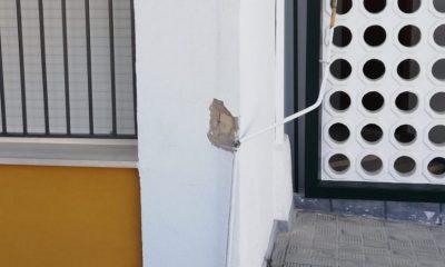 AionSur b6329285-980c-4a7e-b3a4-baa5ddac3857-compressor-400x240 Causan daños en un bloque de la Barriada de la Paz de Arahal al intentar arrancar un cable de telefonía Arahal Sociedad