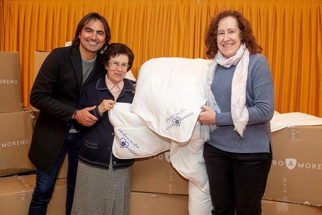 """AionSur edredones-con-Alma-compressor La firma Álvaro Moreno entrega 70 """"Edredones con alma"""" a una residencia de ancianos de La Puebla de Cazalla Sociedad"""