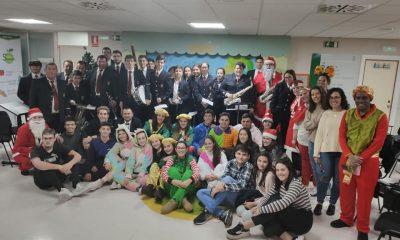 AionSur visita-hospital-jovenes-de-guillena-4-400x240 Los jóvenes de Guillena llenan de ilusión la planta de infantil del Macarena Salud Sociedad