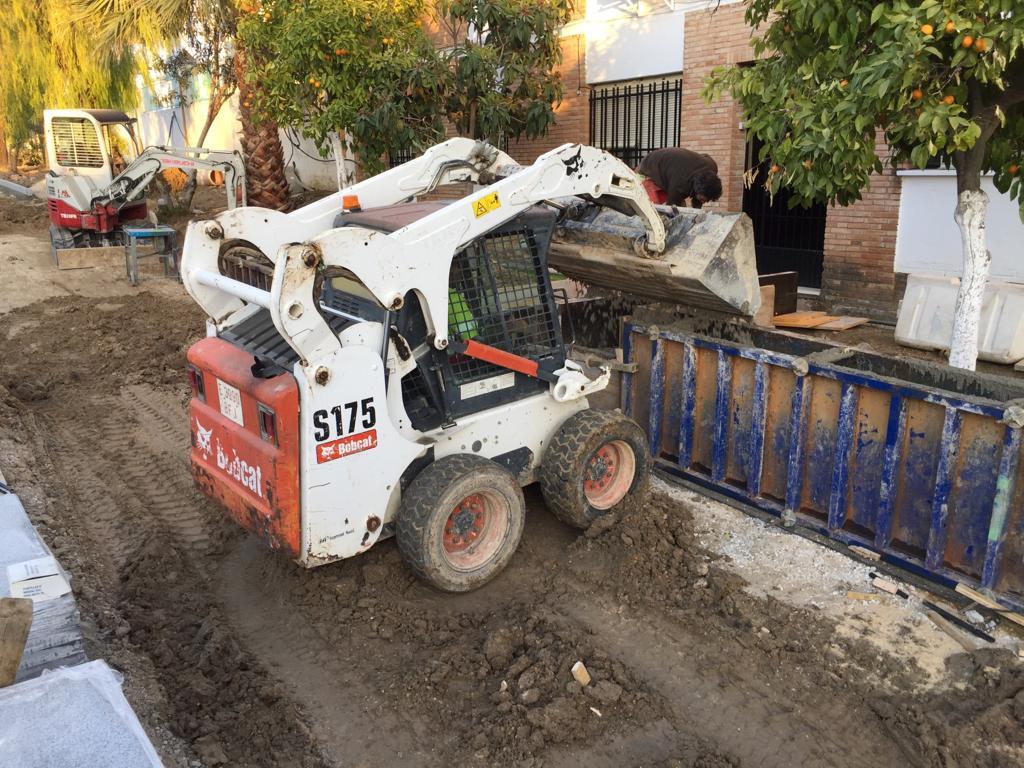 AionSur 8922e0fb-a8e8-4bb8-ab65-1c997efc5120-compressor Roban en Arahal una minicargadora de 2.000 kilos de una obra junto a la zona comercial Arahal Sucesos  destacado