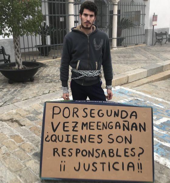 AionSur novillero-Juan-gines-560x600 Un novillero se encadena ante el Ayuntamiento de Gerena para pedir una oportunidad Gerena Toros  destacado