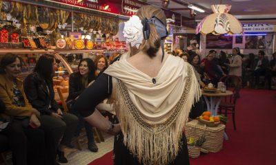 AionSur Moda-flamenca-1-400x240 La iniciativa de llevar la moda a un mercado de abastos se salda con éxito Sevilla Sociedad