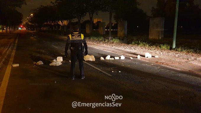 AionSur sevilla-policia Corta la calle con piedras para robar y es detenido por asaltar a unos policías Sevilla Sucesos
