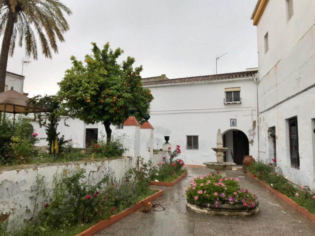 Dos familias argelinas, acogidas en el convento de Arahal tras llegar en patera a España