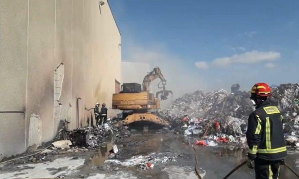 Efectivos de tres parques participan en la extinción de un incendio en una empresa de reciclados de Alcalá