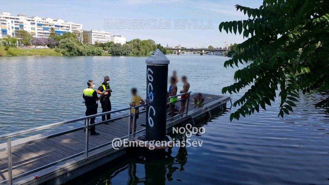AionSur policia-sevilla-5 Denunciados ocho jóvenes, tres menores, que se bañaban en la dársena del Guadalquivir Coronavirus Sevilla
