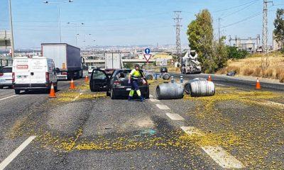 AionSur aceitunas-1-400x240 Un accidente múltiple provoca un herido y varias toneladas de aceitunas diseminadas en la A-92 Alcalá de Guadaíra Sucesos  destacado