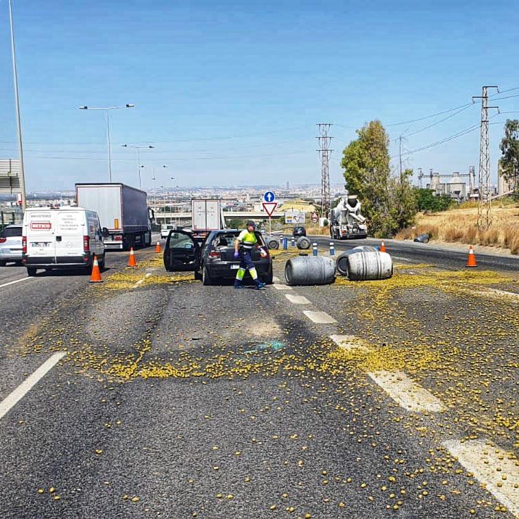 AionSur aceitunas-1 Un accidente múltiple provoca un herido y varias toneladas de aceitunas diseminadas en la A-92 Alcalá de Guadaíra Sucesos destacado