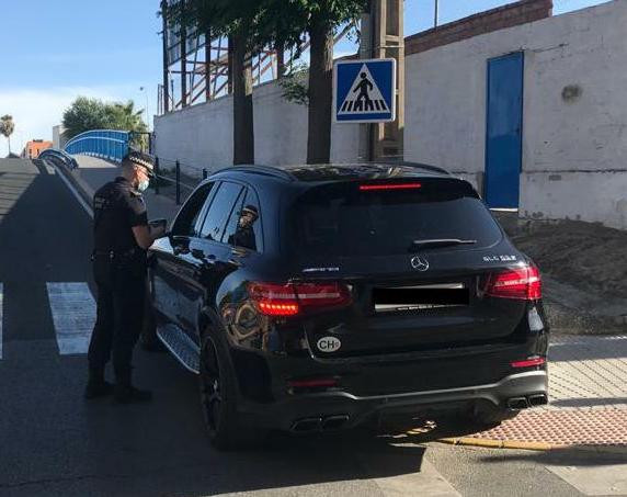 AionSur: Noticias de Sevilla, sus Comarcas y Andalucía coche-policia Un policía de Castilleja capta un carné falso suizo y denuncia a un conductor Castilleja de la Cuesta Sociedad