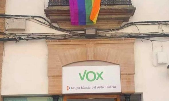 "AionSur Bandera-Vox-Huelva-590x354 La curiosa forma de una vecina de Huelva de ""adornar"" la sede de Vox Huelva Sociedad  destacado"