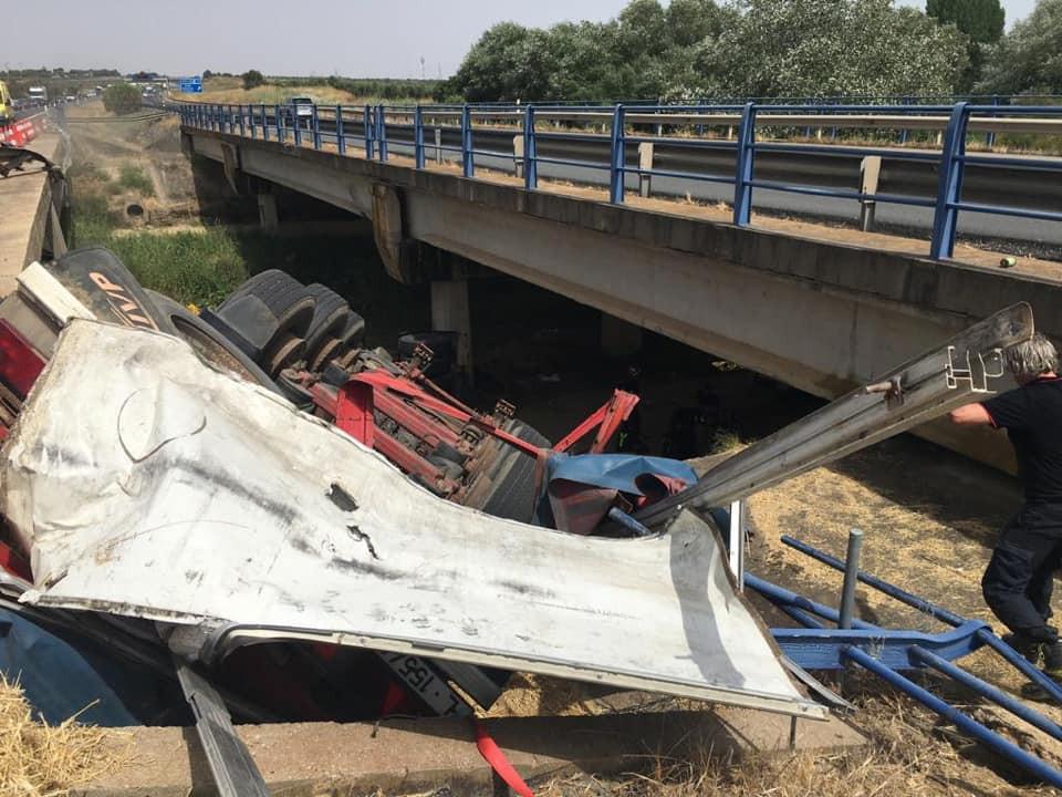 AionSur Puente-Huelva Muere una mujer tras caer un camión por un puente en la A-49, en Huelva Huelva Sucesos