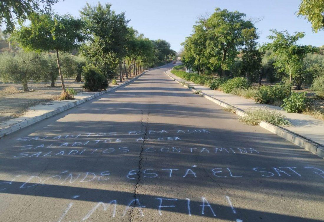 "AionSur 6f5a0024-49e6-4625-890c-e22eff35db7b-min Aparecen pintadas en Paradas denunciando a una empresa por el ""robo de agua"" Medio Ambiente Paradas destacado"