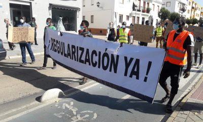 AionSur Inmigrantes-Lepe-400x240 Los inmigrantes sin vivienda en Lepe piden ayuda para dejar de dormir en una plaza Huelva Sociedad