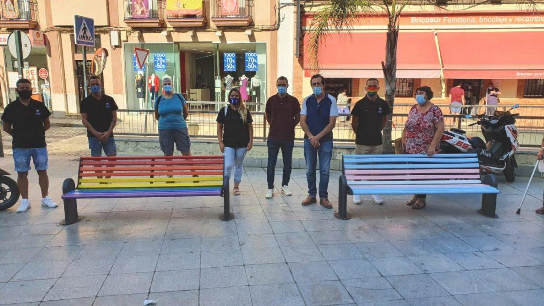 AionSur: Noticias de Sevilla, sus Comarcas y Andalucía bancos Dos Hermanas estrena bancos arcoíris para dar otro paso de apoyo a la diversidad Dos Hermanas Sociedad