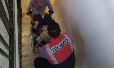 AionSur silla-ruedas-400x240 Ocho meses sin salir de su casa y la bajan a pulso para poder ir al médico Sin categoría