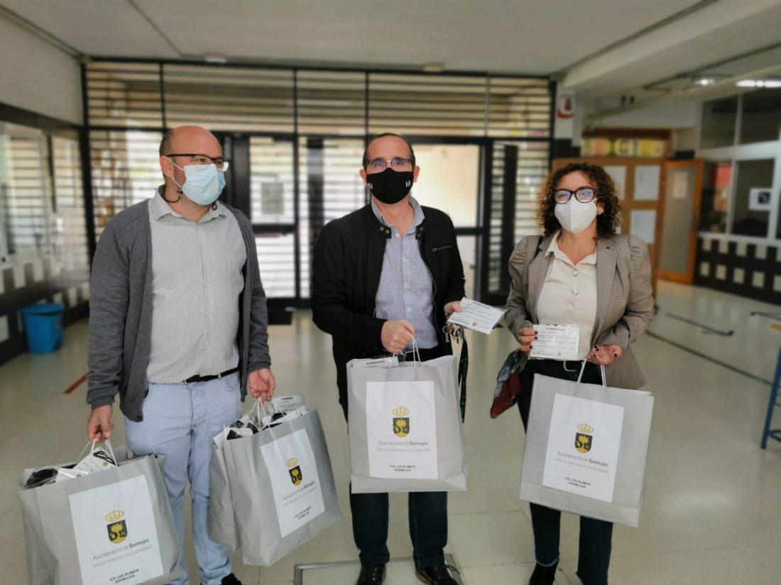 AionSur: Noticias de Sevilla, sus Comarcas y Andalucía mascarilas-bormujos Bormujos entrega 3.400 mascarillas al alumnado de Secundaria y Bachillerato Coronavirus