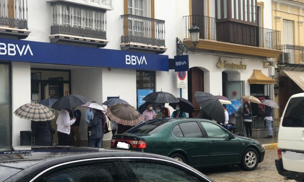 Sin solución a las colas y aglomeraciones en las puertas de los bancos y cajas de ahorro