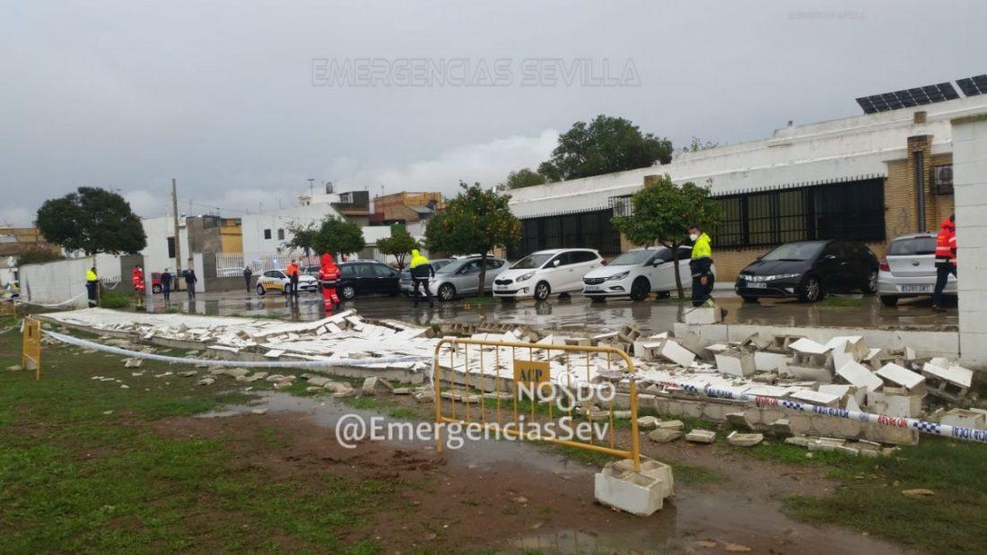 AionSur derrumbe-muro-torreblanca El temporal derrumba el muro de un colegio en Sevilla Sucesos