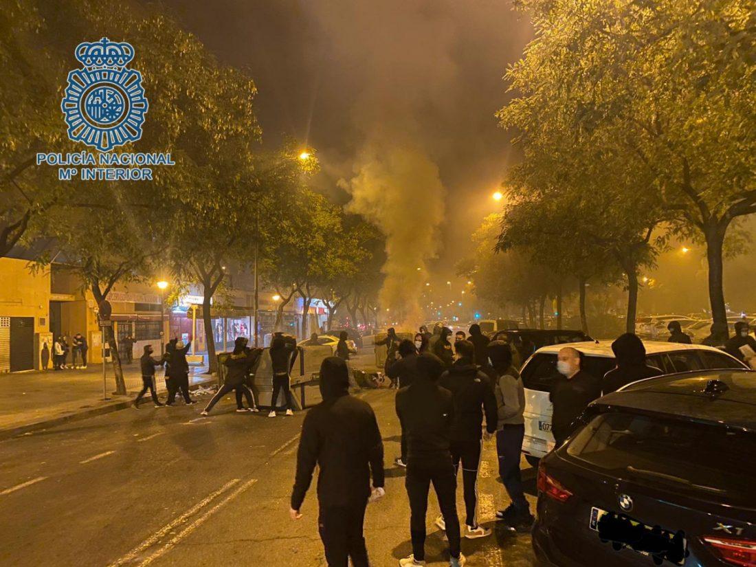 AionSur: Noticias de Sevilla, sus Comarcas y Andalucía foto-incendio-CON-MOSCA-min Imputados por desórdenes públicos y daños cinco jóvenes que intervinieron en los disturbios de Pino Montano Sucesos