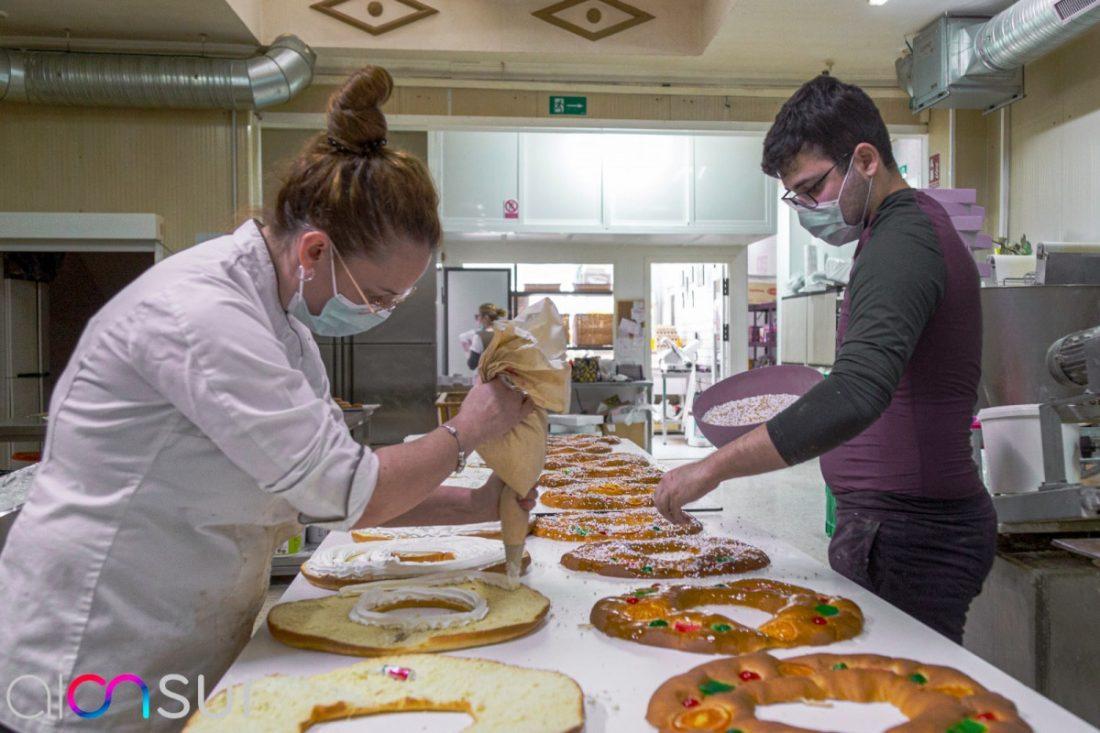 AionSur 6c10df11-68af-4982-874d-29a3ddc113db-min Roscones de Reyes cargados de vales de 50 euros en una panadería de Arahal Empresas destacado