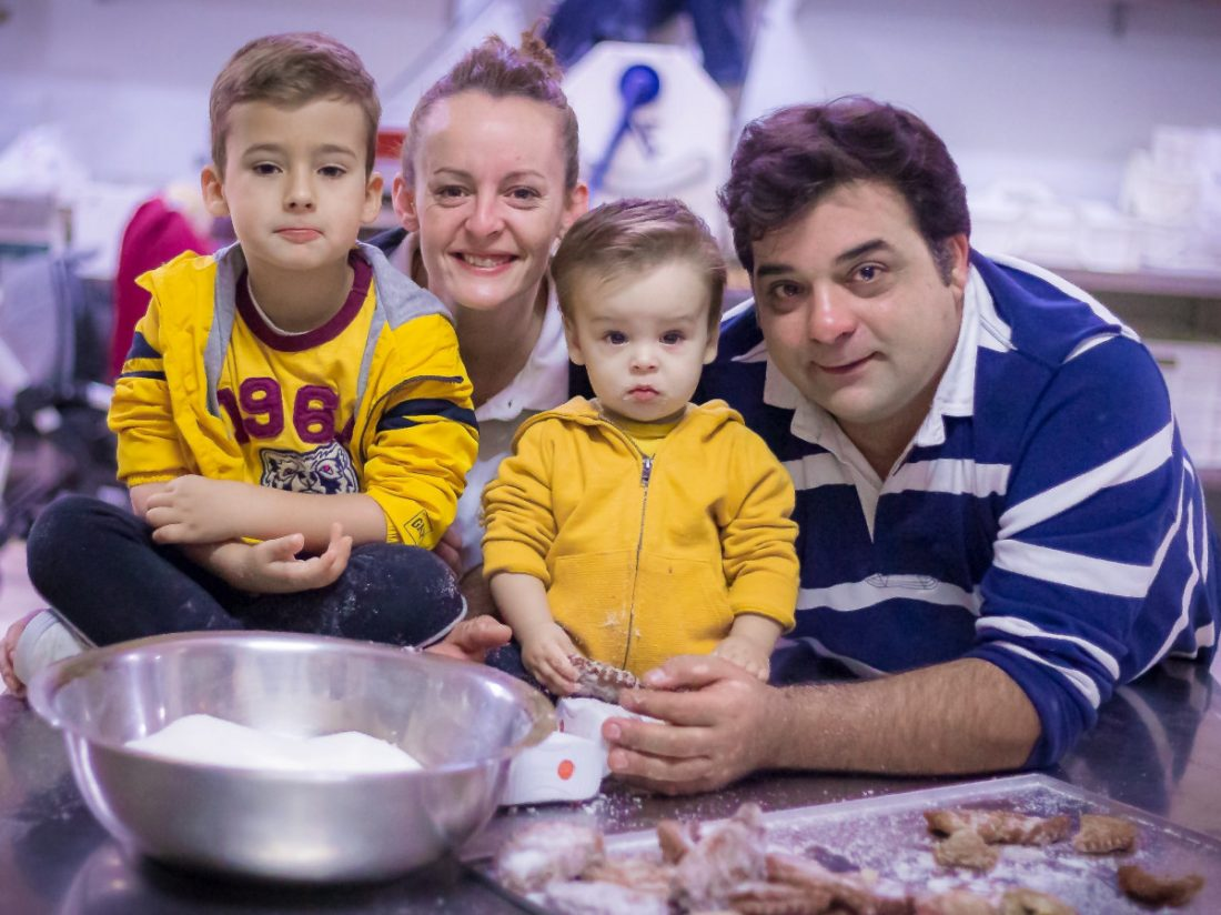 AionSur 78846998_3086951181333626_7089240437155692544_o-min Roscones de Reyes cargados de vales de 50 euros en una panadería de Arahal Empresas destacado